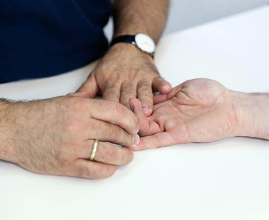 Foto von einer klinischen Untersuchung einer Hand im Handzentrum Köln. Leistungen des Handzentrum Köln