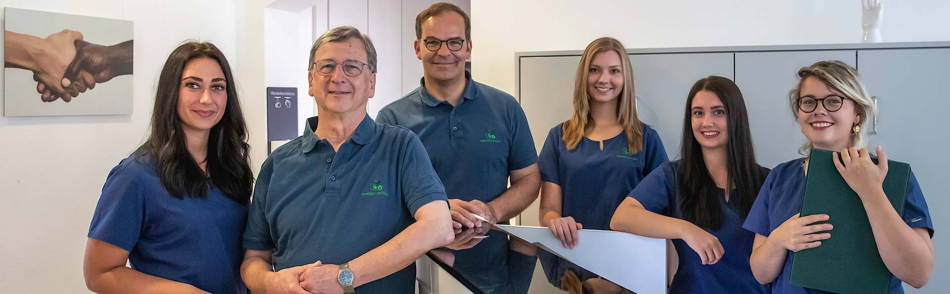 Foto des Teams des Handzentrum Köln. Iinformationen über das Ärzte- und Praxisteam sowie über die Praxis.